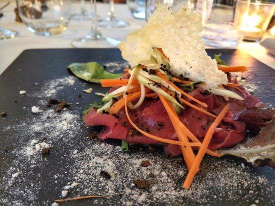 Panicale, Italy: Carpaccio di manzo, grana 30 mesi e tartufo fresco con verdure croccanti