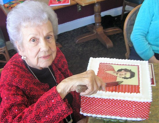Middle River, แมรี่แลนด์: Ruby's 96th birthday cake portrayed her from 1940s.