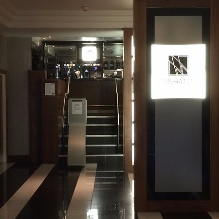 Premier Inn Bournemouth Central Hotel: Entrance to Manhattan bar from reception