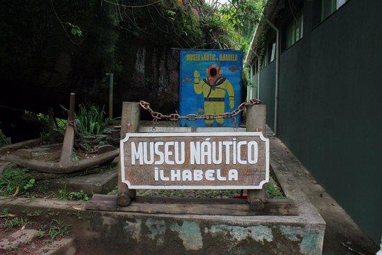 Museu Náutico Ilhabela: Placa de entrada , ao lado da gruta