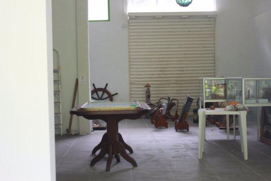 Museu Náutico Ilhabela: sala interna possível de visão na parte de trás , através de uma janela de vidro.