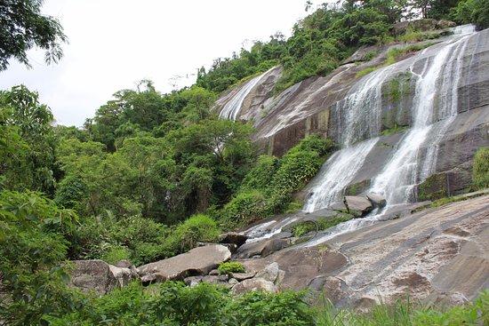 Museu Náutico Ilhabela: Unico ponto turístico por hora até a abertura do museu. Cachoeira atrás do mesmo.
