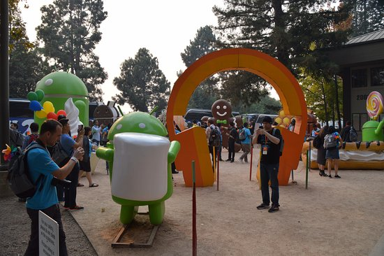 Mountain View, Καλιφόρνια: People taking pictures @ Android statues