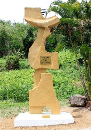 """Interpretation Center Paul Gauguin: """"L'Envol"""" d'Hector Charpentier, sculpture signalétique à l'entrée du Centre Paul Gauguin"""