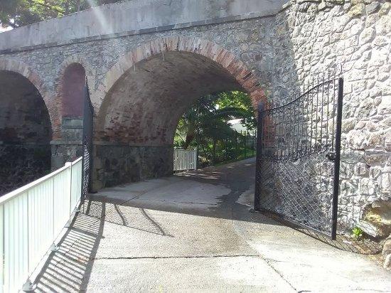 Interpretation Center Paul Gauguin: ancien viaduc en pierres à l'entrée du Centre Paul Gauguin