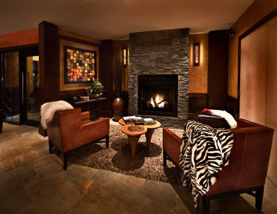 Executive Inn At Whistler Village: Village Side Lobby