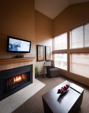 Executive Inn At Whistler Village: Living Room of the Loft Suites