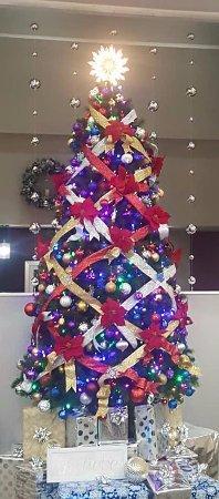 Holiday Inn St. Augustine - Historic: Festive Christmas Tree in Hotel Lobby