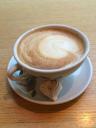 Puistola: Cappuccino och kaka