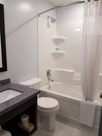 The Harbourfront Inn and Suites: Bathrooms in Non-smoking Single Queen and Non-smoking Double Queen Guestrooms