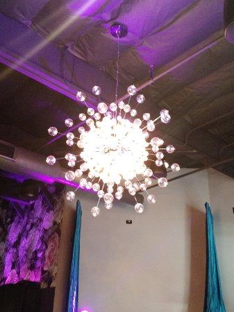 Rocklin, Kaliforniya: Cool modern interior highlighted by attractive lighting.