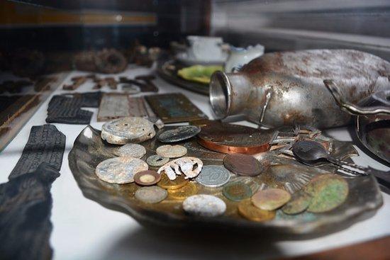 Chernyakhovsk, Russia: Монеты, фляга.