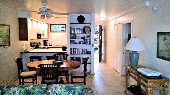 Poipu Shores Resort: Living, dining, kitchen area