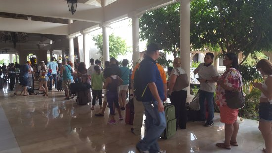 Melia Coco Beach: Looooong line to check in. Almost an hour in this line and room still not ready!