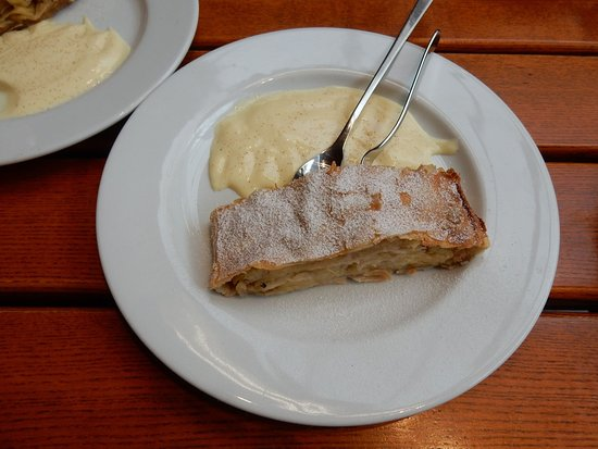 Deutsches Technikmuseum: No, this not an exhibit, but a fresh apfelstrudel from the museum's cafe