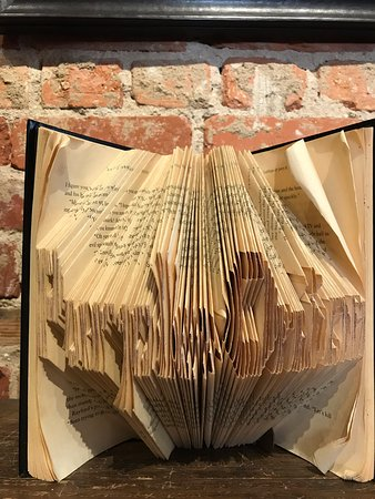 "Saluda, Carolina del Norte: ""Purple Onion"" written in book folding decor item."