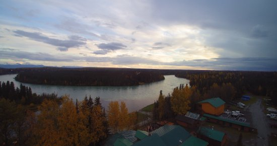 Sterling, AK: A drone photo overlooking the lodge and Kenai river
