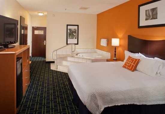 New Paris, OH: King Spa Guest Room