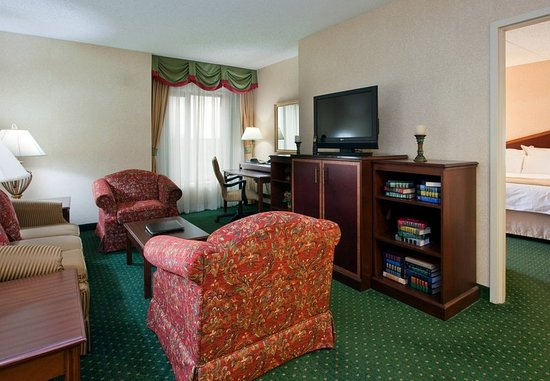 Warrensville Heights, OH: One-Bedroom Suite – Living Area