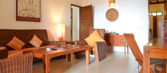 Cocotinos Sekotong, Boutique Beach Resort & Spa: living room (Tangkong villa)