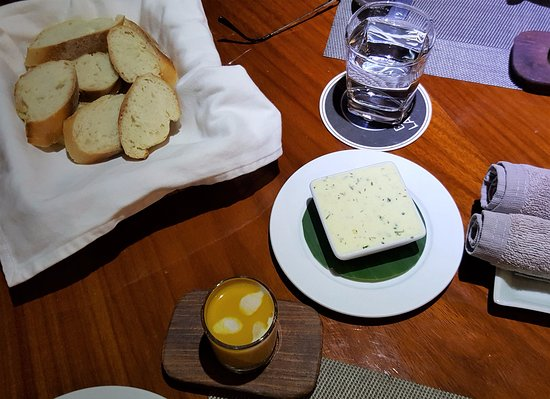 Blue Lagoon Restaurant: Fresh, crunchy bread with herbal butter and pumpkin soup