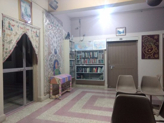 Rukmavati Guest House: ENTRY   AND LIBRARY ON GROUND FLOOR