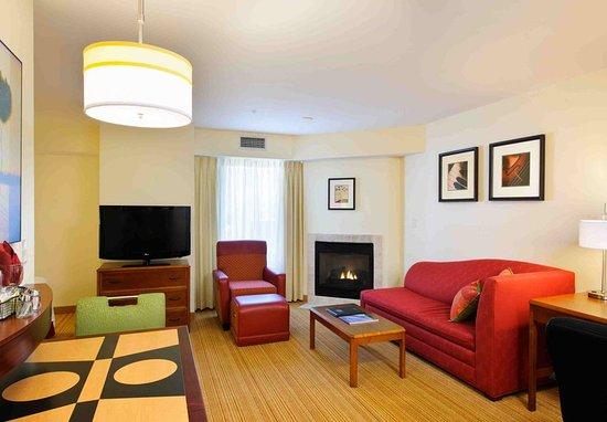 Dartmouth, MA: Suite Living & Kitchen Area