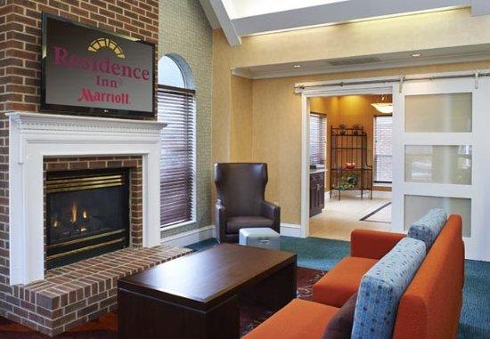Southern Pines, Carolina del Norte: Lobby – Fireplace