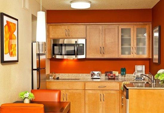 Residence Inn Sacramento Airport Natomas: Suite Kitchen