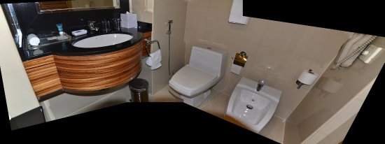 Four Points By Sheraton Downtown Dubai: The bathroom is very well laid out and functional.