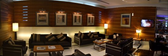 Four Points By Sheraton Downtown Dubai: Comfortable lounge to the left of reception.