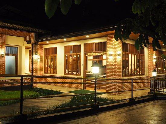 Bakoel Karasa: Area makan lesehan