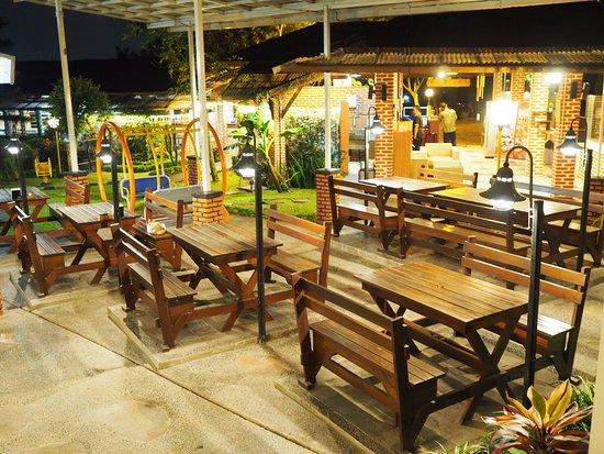 Bakoel Karasa: Area makan outdoor