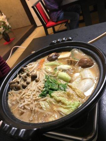 Nyogetsuan: 初めて牡丹鍋を食べに来ました。スープは味噌、生姜、山椒の強烈な風味があり甘めなスープでした。体が温まります。イノシシの肉足りるかな?と見た目思ってましたが食べたらお腹いっぱいになりましたね。脂