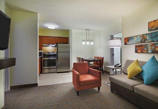 Two Bedroom Suite Living Area Obr Zek Za Zen Residence Inn Houston By The Galleria