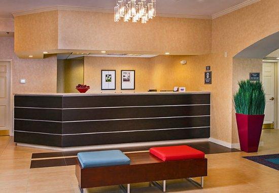 Residence Inn Fair Lakes Fairfax: Front Desk