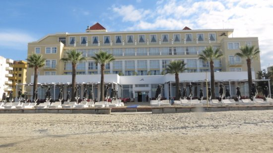 Adriatik Hotel: View from the sandy beach