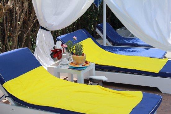 Adriatik Hotel: Pool lounges with free towels