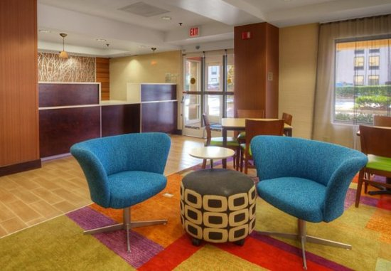 Fairfield Inn & Suites Memphis Southaven: Lobby - Sitting Area