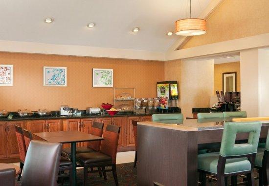 Irving, TX: Breakfast Buffet & Communal Table