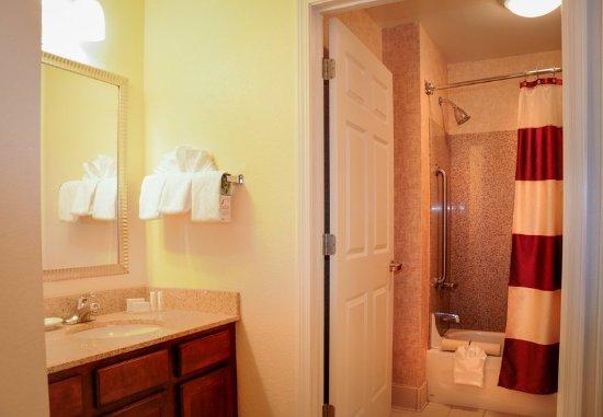 Residence Inn Colorado Springs North/Air Force Academy: Suite Bathroom