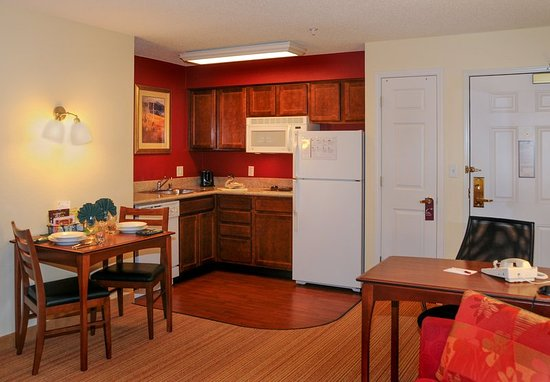 Residence Inn Colorado Springs North/Air Force Academy: Suite Kitchen