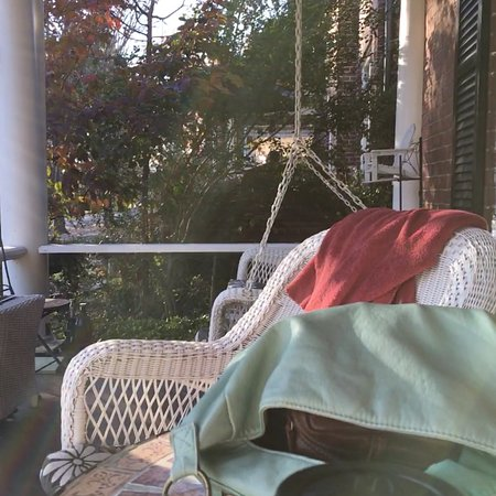 Rose Hill Bed & Breakfast: Enjoyed the comfort of restful porch Ahhhh!