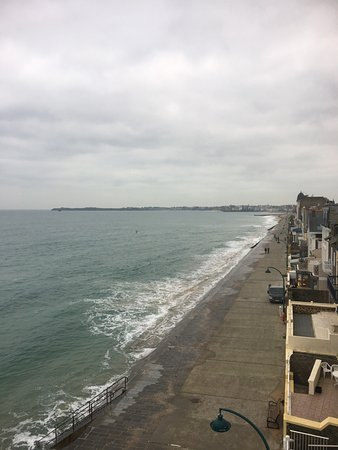 Creperie Des Ambassadeurs: Proximity of hotel to beach and St Malo