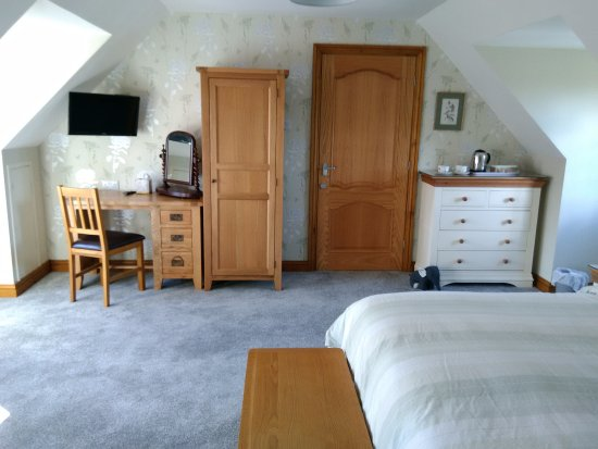 White Cottage B&B: Extra large double room with a extra single bed
