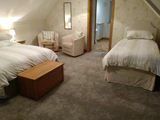 White Cottage B&B: Very spacious garden veiw room with seating area this room is a double/twin/family room