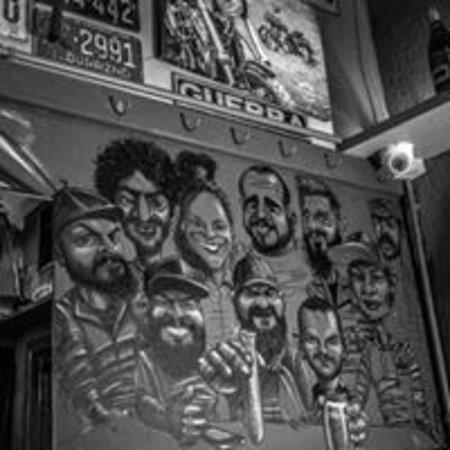 Bikers Pub: aqui o cliente fica eternizado na parede,foto (nossa equipe )