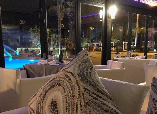 Golden Fish: Blick auf Pool und So Lounge: wer nach dem Essen tanzen will, hat dort die Möglichkeit.