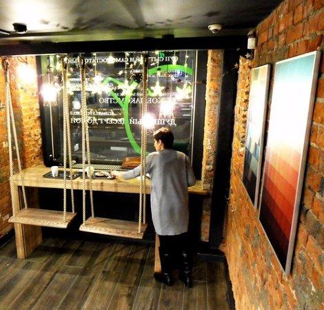 Grabli Food Bar: качели у окна