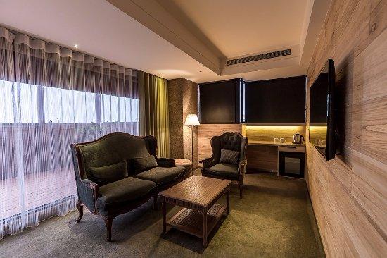 Inhouse Hotel Taichung: 薆悅VIP套房-一大床+舒適客廳 設計風格以時尚高雅色系及進口典雅柚木傢俱為主。每間房有不同元素作為視覺設計與綠色裝飾藝術,房間均配備獨立淋浴設施、浴缸以及LED電視等。